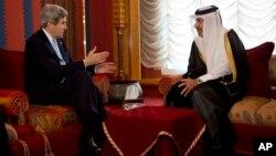 John Kerry se reunió en Doha con el primer ministro y canciller de Qatar, el jeque Hamad bin Jassim Al Thani.