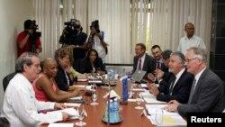 Trưởng đoàn đàm phán Âu châu Christian Leffler (phải) và Thứ trưởng Ngoại giao Cuba Abelardo Moreno (trái) tham dự cuộc họp tại bộ Ngoại giao Cuba ở Havana, 4/3/2015.
