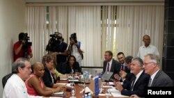 Kepala negosiator untuk Uni Eropa-Kuba, Christian Leffler (kanan) dan Wakil Menteri Luar Negeri Kuba Abelardo Moreno (kiri) dalam pertemuan di kantor Kemenlu Kuba di Havana (4/3).