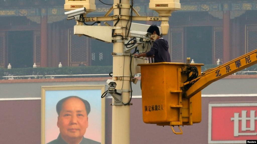 工人在檢測北京天安門廣場上的攝像頭