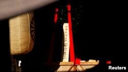 "Sebuah tanda dari kayu bertuliskan ""Perdana Menteri Shinzo Abe"" pada persembahan ritual dari pemimpin Jepang itu di Tugu Yasukuni di Tokyo (17/10)."