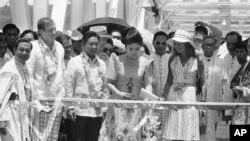 Filippinin avtoritar prezidenti Ferdinand Markos və xanımı Imelda Markos körpünün açılış mərasimində lent kəsirlər. İyun, 1973.