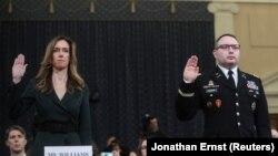 彭斯副总统的助理珍妮弗·威廉(左)和国家安全委员会乌克兰问题专家亚历山大·温德曼中校在国会弹劾听证会上宣誓作证。(2019年11月19日)