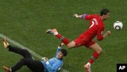 골키퍼를 제치고 골을 성공시키는 폴투갈의 크리스티아노 노날도 (붉은 색)