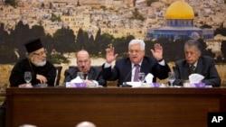 Pemimpin Palestina Mahmoud Abbas (kedua dari kanan) berbicara di depan para anggota Dewan Pusat Palestina di kota Ramallah, hari Minggu (14/1).