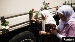 Những người Bosnia đi cạnh chiếc xe chở quan tài các nạn nhân của vụ thảm sát ở Srebrenica đã được xác định danh tính đi mai táng