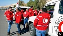 叙利亚阿拉伯红新月会的工作人员组织了人道主义救援的车队(2016年2月17日)