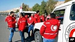 Các thành viên của nhóm Trăng Lưỡi liềm Đỏ của Syria cùng một đoàn viện trợ nhân đạo của UNRWA chuẩn bị tiến vào khu vực bị vây hãm ở Madaya, Syria, ngày 17/2/2016.