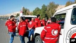 叙利亚阿拉伯红新月成员准备陪同一个人道救援车队前往大马士革郊区几个被政府军围困的城镇。 (2016年2月17日)