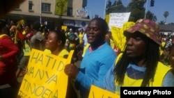 Le chômage a contraint de nombreux Zimbabwéens au commerce en détail dans les rues.