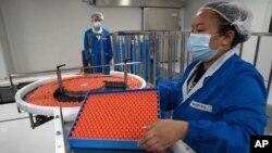 Produksi vaksin Covid-19. SARS CoV-2, di pabrik vaksin SinoVac di Beijing. (Foto: AP)