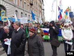俄罗斯许多政界和演艺界名人参加了3月15日的抗议俄罗斯出兵克里米亚游行。这是著名民主派政治人物亚夫林斯基(左二)(美国之音 白桦)
