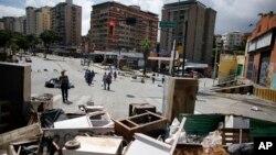Muchas calles amanecieron bloqueadas, especialmente en el este de la ciudad, donde los opositores levantaron barricadas con escombros, ramas de árboles y basura en rechazo a la Constituyente.