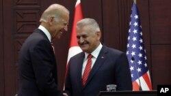 Joe Biden et Binali Yildirim à Ankara le 24 août 2016.