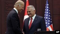 美國副總統拜登(左)與土耳其總理耶爾德勒姆(右)在安卡拉一起舉行記者會。