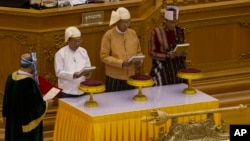 Htin Kyaw, second right, takes oaths as Myanmar's new president during a sworn-in ceremony in Myanmar's parliament in Naypyitaw, March 30, 2016.