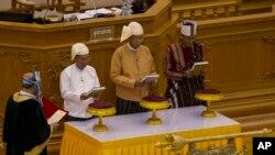 缅甸新总统吴廷觉(右二)在缅甸议会宣示就职 (2016年3月30日)