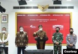 (Ki-ka) Kepala BNPB, Menko Perekonomian, Menkes, Panglima TNI dan Kapolri dalam telekonferensi pers usai Ratas dengan Presiden Jokowi di Istana Kepresidenan, Jakarta, Senin, 7 Juni 2021. (Foto: Biro Setpres)