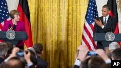 Presiden AS Barack Obama berbicara dalam konferensi pers gabungan dengan Kanselir Jerman Angela Merkel di Gedung Putih (9/2). (AP/Evan Vucci)