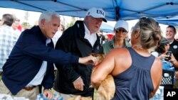 ប្រធានាធិបតីត្រាំនិងលោកស្រីទី១ Melania Trump រួមទាំងលោកអនុប្រធានាធិបតី Mike Pence ជួបនិងនិយាយជាមួយជនរងគ្រោះដែលត្រូវបាន ជម្លៀសដោយសារព្យុះសង្ឃរា Irma នៅទីក្រុង Naples Estates កាលពីព្រហស្បតិ៍ទី១៤ កញ្ញា ២០១៧។
