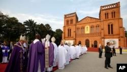 پاپ فرانسیس در حال انجام مراسم مذهبی در کلیسای بانگی