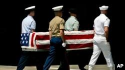 美军2007年4月接收朝鲜归还的韩战美军遗骸(美联社)