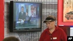 Televisão no aeroporto de Sheremetyevo, em Moscovo, onde se pensa estar em trânsito internacional Edward Snowden
