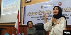 Dewi Rana Amir, Direktur LIBU Perempuan Sulawesi Tengah saat memaparkan temuan 33 kasus perkawinan usia anak di kegiatan FGD Pencegahan dan Penanganan Pernikahan Usia Dini di kantor BKKBN Sulawesi Tengah (6/9) (Foto: VOA/Yoanes Litha).