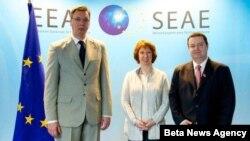 Prvi potpredsednik Vlade Srbije Aleksandar Vučić, visoka predstavnica Evropske unije Ketrin Ešton i premijer Srbije Ivica Dačić poziraju fotoreporterima tokom današnjeg susreta u Briselu.