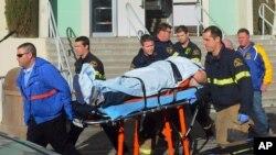 Radnici hitne pomoći sprovode ranjenog učenika srednje škole u Taftu posle jučerašnje pucnjave