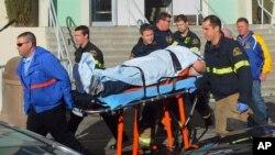 Paramédicos transportan a un estudiante herido en el tiroteo en la escuela secundaria Taft Unión, en California. La víctima supuestamente acosaba a su agresor.