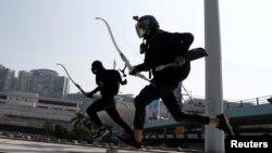 Manifestantes em Hong Kong com flechas