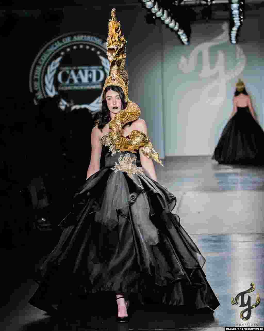 2018年9月10日,纽约时装周,模特头上顶着,身上也缠着龙形装饰。该系列作品以精美的头饰反映中国十二生肖的主题。