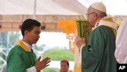 Le pape François célèbre une messe à Yangon, en Birmanie, le 29 novembre 2017.