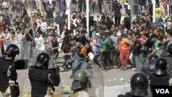 """Pasukan keamanan Irak menjaga ketat demonstran anti-pemerintah agar tidak memasuki """"Zona Hijau"""", yaitu kawasan gedung-gedung pemerintah, dalam protes di Baghdad, Jumat (25/2)."""