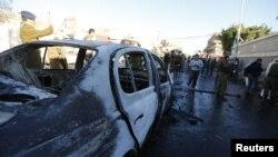Pripadnici policije na mestu eksplozije ispred policijske akademije u Sani