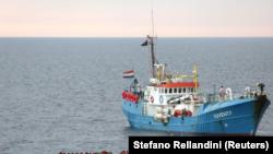"""Imagen de archivo en la que inmigrantes en un bote de madera son rescatados por la tripulación del barco """"Juventa"""" de la ONG alemana Jugend Rettet en el Mar Mediterráneo, frente a las costas de Libia, el 18 de junio de 2017. REUTERS/Stefano Rellandini"""