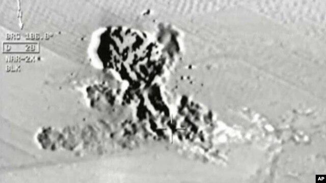 Imagen tomada por un avión de combate turco, de los ataques a posiciones del grupo Estado islámico en la frontera con Siria.