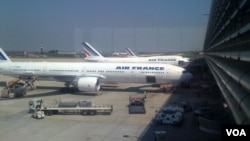 FILE - Air France planes being loaded with luggage at the Charles de Gaulle International Airport in Roissy, near Paris. (Diaa Bekheet/VOA).