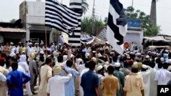 خیبر پختونخوا کے علاقے بنوں میں متحدہ مجلسِ عمل کے کارکن انتخابی نتائج کے خلاف ایک پولنگ اسٹیشن کے سامنے احتجاج کر رہے ہیں۔