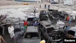 Warga berkumpul di lokasi serangan bom mobil di Baghdad, Senin (27/5).