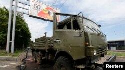 Un camión militar destruido cerca del aeropuerto de Donetsk.