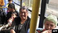 Phụ nữ sắc tộc Uzbek khóc trên chuyến xe buýt rời khỏi Osh, ngày 15 Tháng 6, 2010