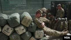 Beberapa tentara AS istirahat di pangkalan AS di Bagram, utara Kabul (foto: dok).