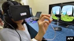 Một nhà báo đang tìm cách sử dụng các thiết bị với công nghệ mới