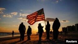 Un momento de silencio por el primer aniversario de la tormenta Sandy en la playa de Rockaways, Queens.