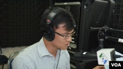 Khieng Sothy, a Cambodian Ph.D candidate in organization sciences at VU University Amsterdam discusses effects of NGO's commercial activities to the development of Cambodia during VOA Khmer's Hello VOA radio call-in show in Phnom Penh, February 18, 2013. (Lim Sothy/VOA Khmer)
