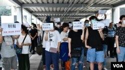 警民衝突後,6月13日陸續有示威者自發到金鐘立法會中信天橋入口附近示威,抗議警方武力對付示威者。(美國之音湯惠云)