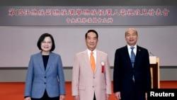 左起:台湾总统候选人蔡英文,宋楚瑜和韩国瑜在台北举行电视辩论表述政见之前合影。(2019年12月18日)
