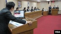 台灣立法院外交及國防委員會星期四(4月19號)質詢的情形(美國之音張永泰拍攝)